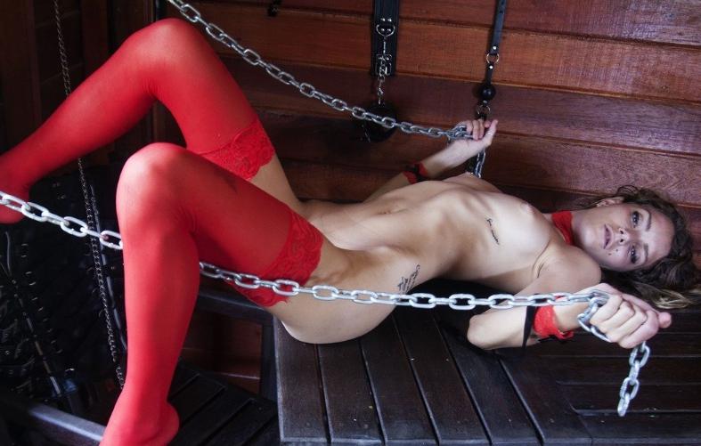 Проститутка в красных чулках